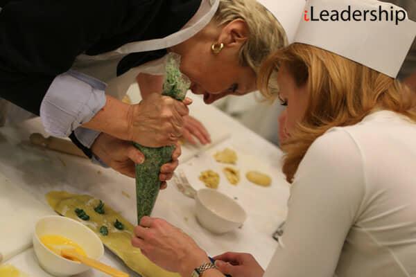 Cucinare i ravioli con i colleghi