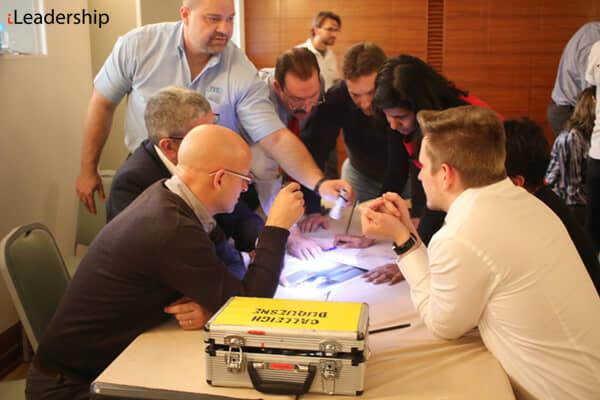 Lavoro di gruppo durante una sfida CSI